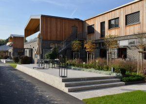 Melisa Reitsport in Dreieich mit Terrassenplatten und Blockstufen aus Limes Dolomit® von TRACO