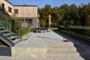 Terrassenplatten und Blockstufen aus Limes Dolomit® von TRACO
