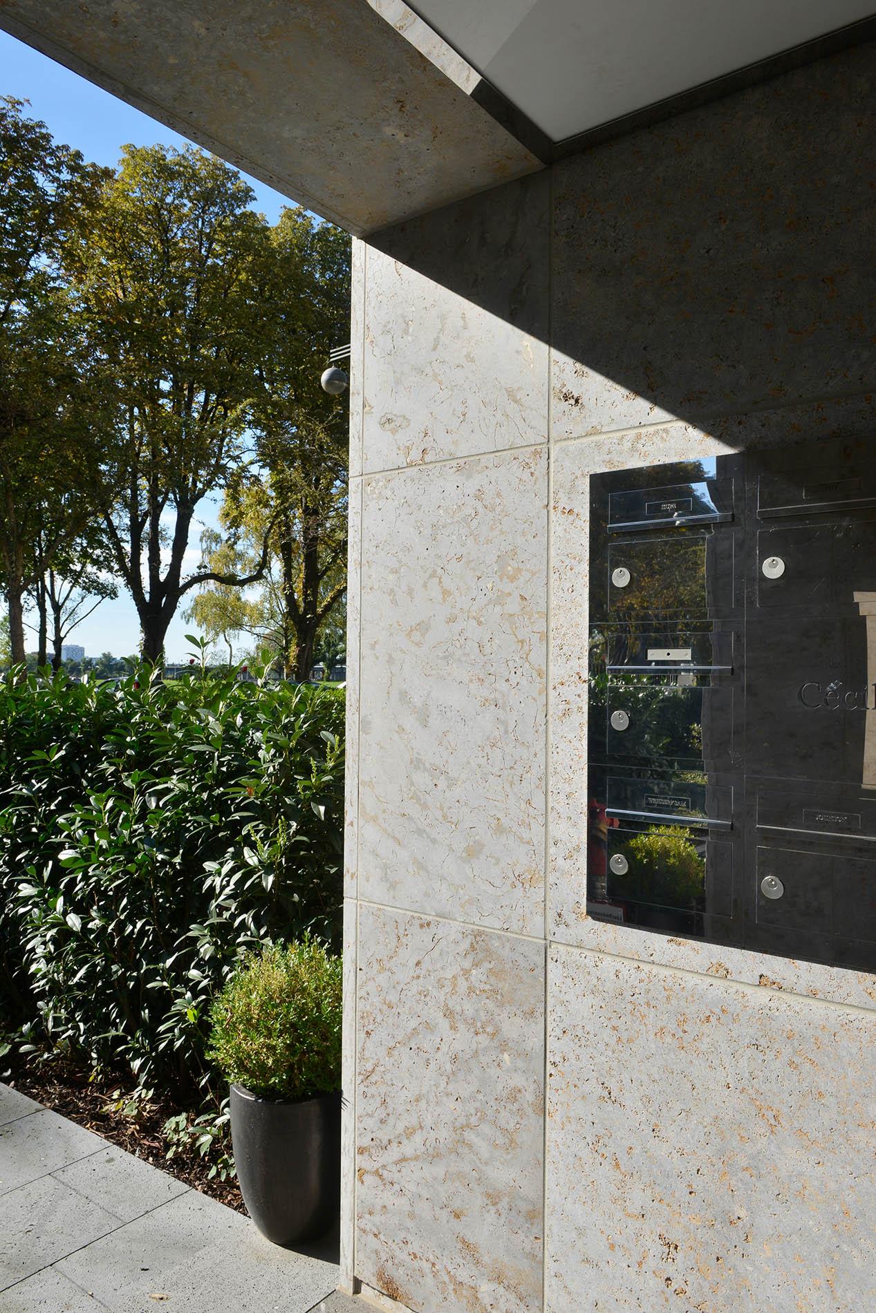 Fassadenplatten aus Mooser Muschelkalk von TRACO an einem Luxuswohnhaus in Düsseldorf