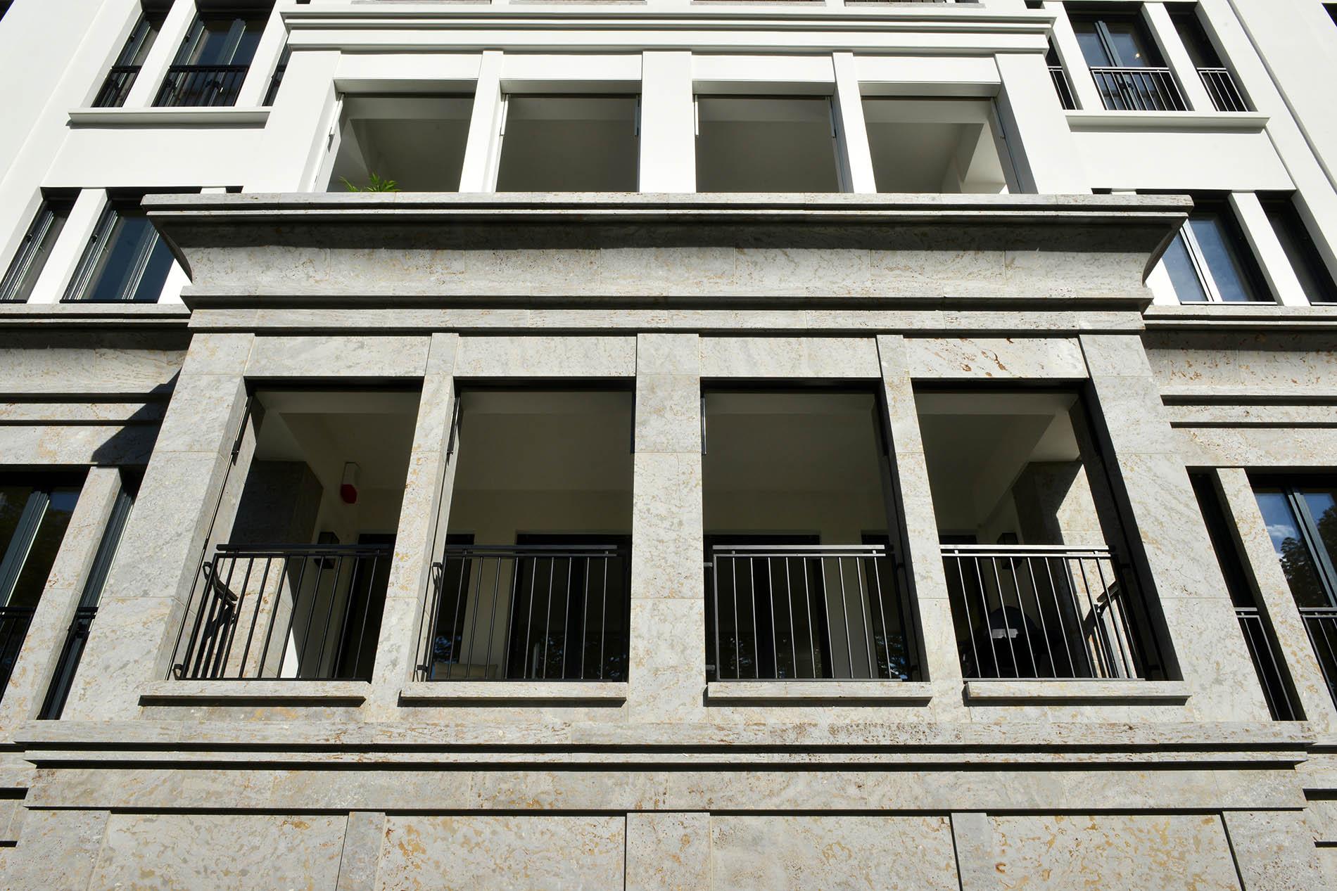 Luxuswohnhaus Düsseldorf mit Fassadenplatten und Gesims aus Mooser Muschelkalk von TRACO