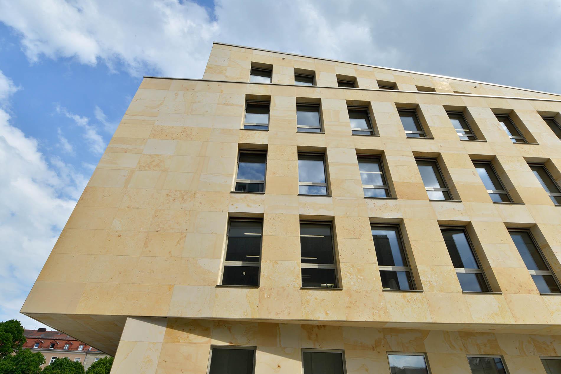 Sparkasse in Bayreuth - hinterlüftete Natursteinfassade aus Seeberger Sandstein