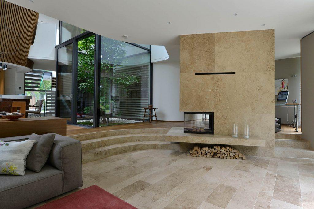 Bodenplatten, gebogene Blockstufen und Kaminverkleidung aus Travertin Sonderbuch von TRACO
