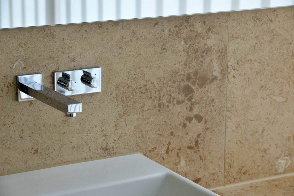 Naturstein Wandverkleidung und Waschtisch aus Travertin Sonderbuch von TRACO