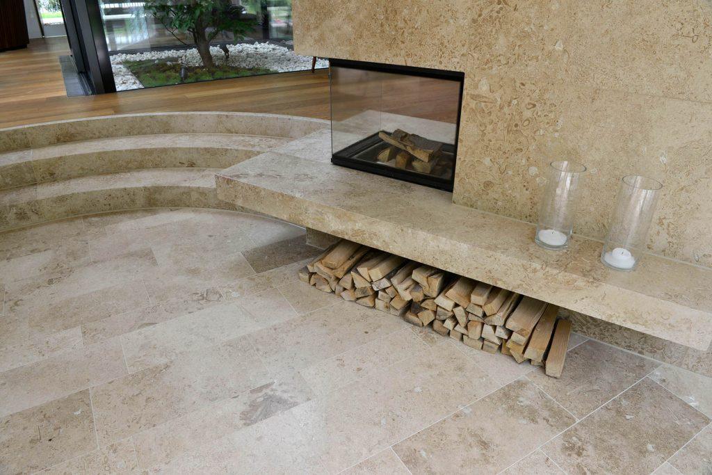 gebogene Blockstufen, Bodenplatten und Kaminverkleidung aus Travertin Sonderbuch von TRACO