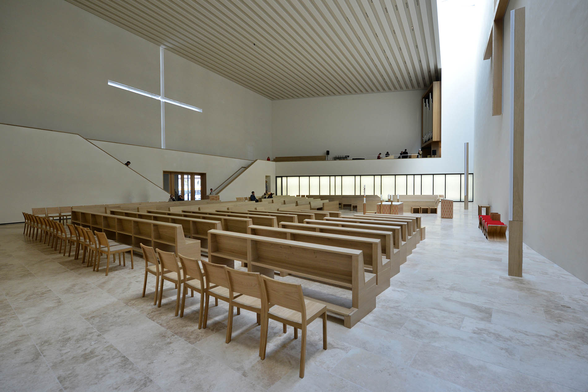 Propsteikirche St. Trinitatis Leipzig - mit Bodenplatten aus Bauhaus Travertin