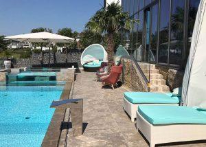 Terrassenplatten, Poolumrandung und Blockstufen aus Limes Dolomit®