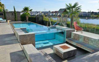 Pool, Sitzelemente, Feuerstelle und Terrassenplatten aus Limes Dolomit®
