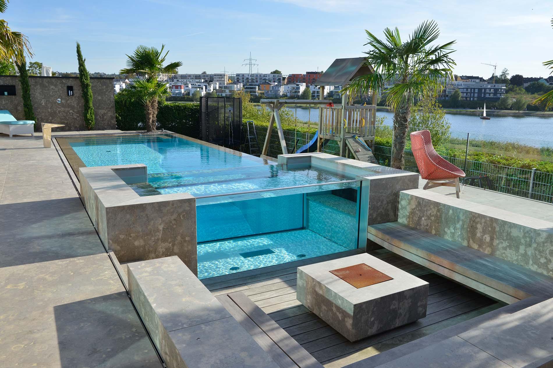 Villa mit Naturstein Pool, Terrassenplatten, Feuerstelle und einer Wandverkleidung aus Limes Dolomit®