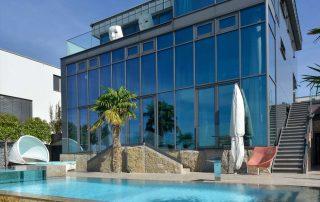 Villa mit Pool, Terrassenplatten und einer Wandverkleidung aus Limes Dolomit®