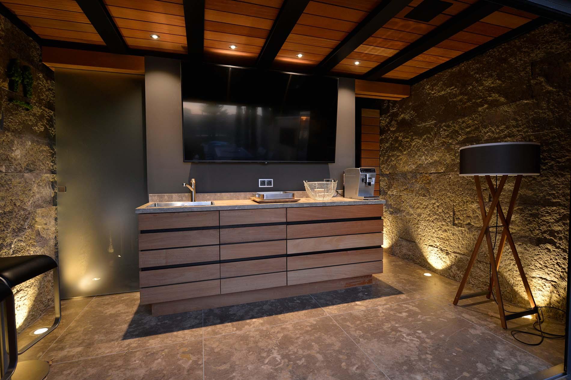 Villa - mit einem Natursteinboden, Küchenarbeitsplatte und einer Wandverkleidung aus Limes Dolomit