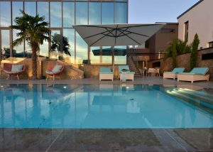 Villa mit einem Pool, Terrassenplatten und einer Wandverkleidung aus Limes Dolomit®
