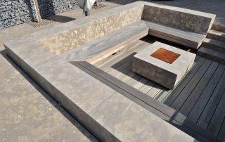 Naturstein Sitzecke, Terrassenplatten und Feuerstelle aus Limes Dolomit®