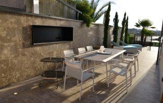 Villa mit einer Naturstein Wandverkleidung und Terrassenplatten aus Limes Dolomit®