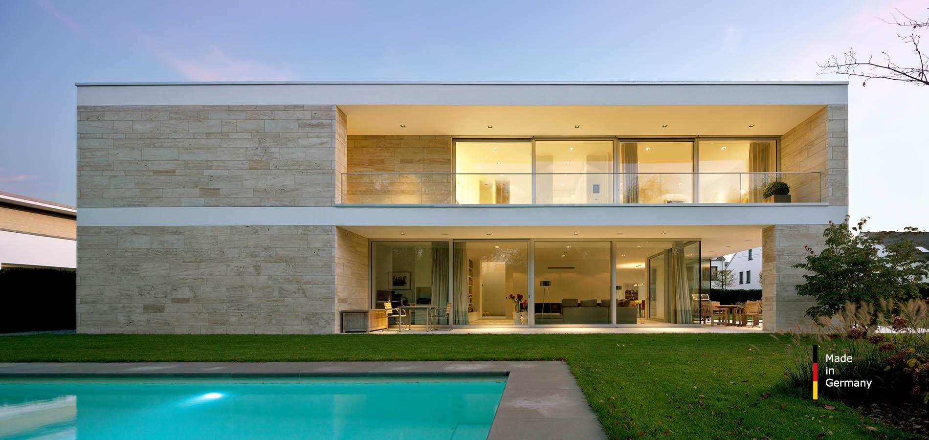 Villa mit einer Naturstein Fassade aus Bauhaus Travertin von TRACO