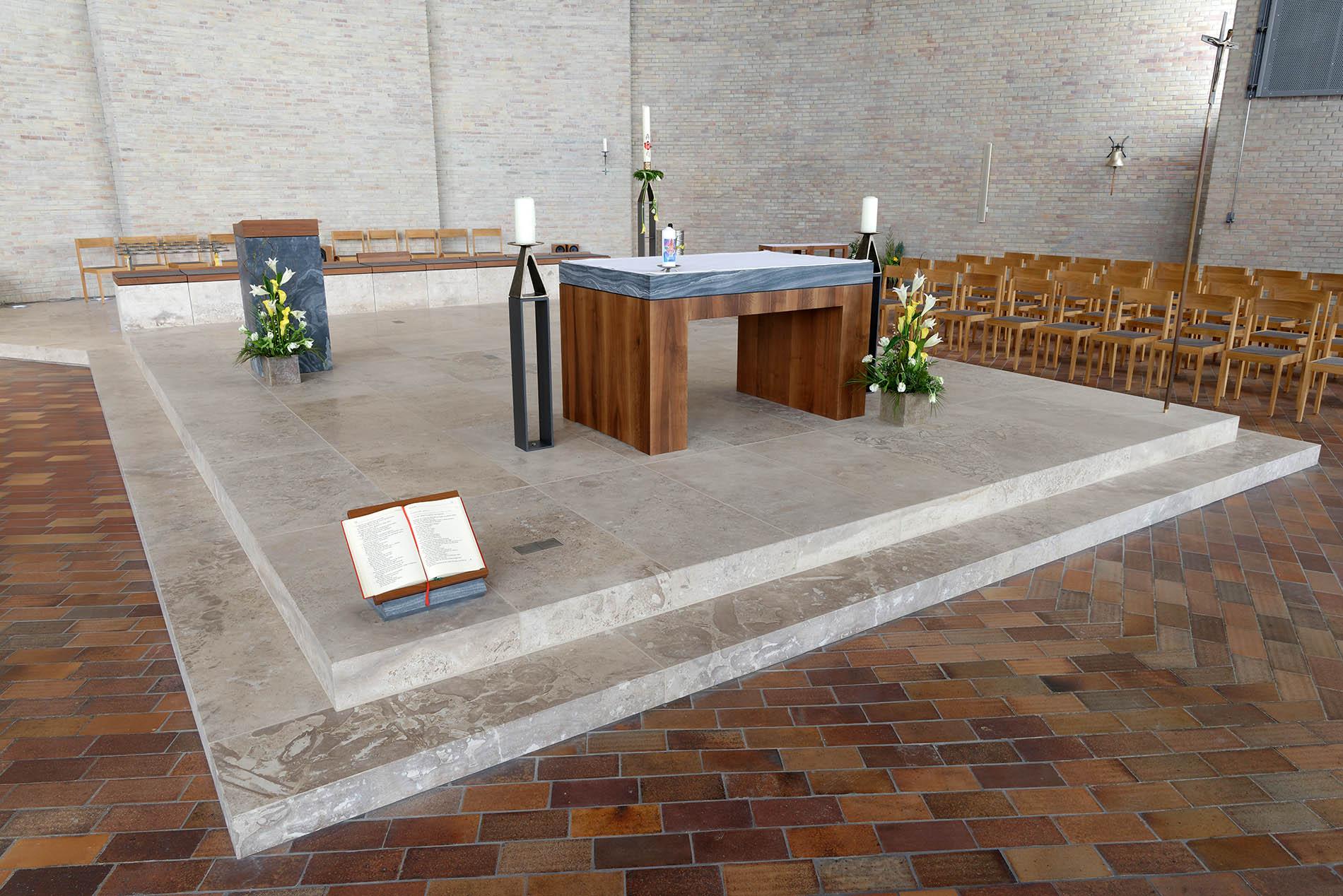Karlsruhe Kirche St.Konrad - mit einem Naturstein - Altar aus TRACO-Travertin Sonderbuch
