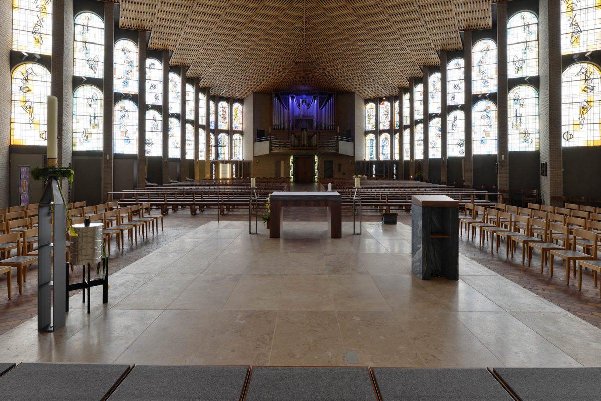 Karlsruhe Kirche St.Konrad - mit einem Naturstein - Altar aus Travertin Sonderbuch von TRACO
