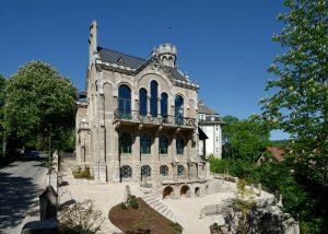 Normannenhaus in Jena - mit Blockstufen und Natursteinpflaster aus Travertin von TRACO