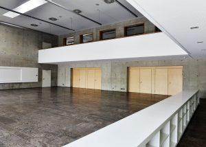 Mehrzweckhalle in Weißenhorn mit Bodenplatten und Sockelleisten aus Kohlplatter Muschelkalk gespachtelt und geschliffen