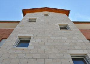 Naturstein Fassade aus Bauhaus Travertin Blendbossen