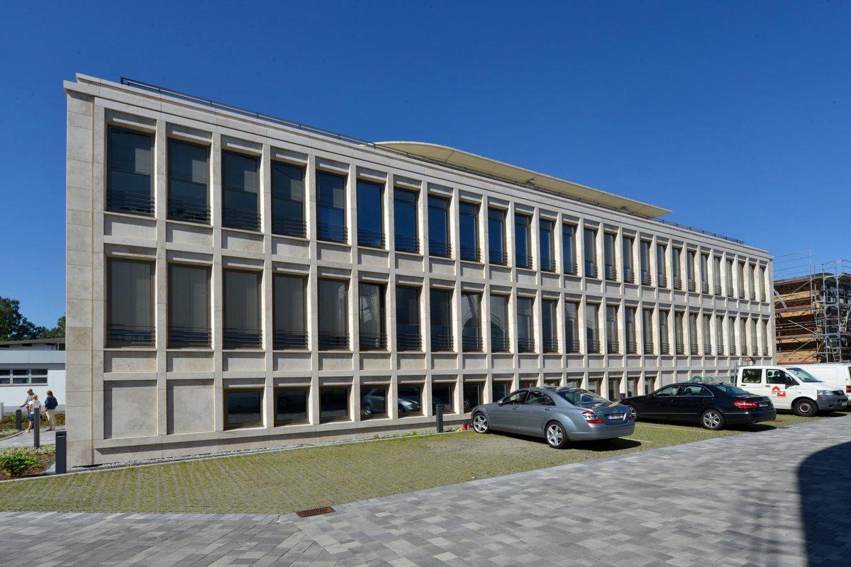 Fassade aus Bauhaus Travertin - Q1 AG Osnabrück