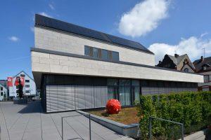 Neubau der Kreissparkasse in Dillenburg - mit einer Natursteinfassade aus Thüringer Travertin