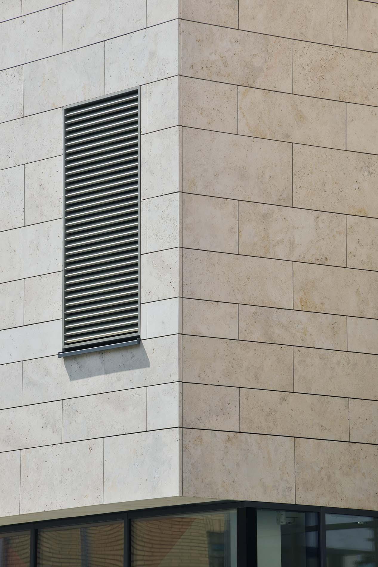Fassade aus Thüringer Travertin - KSK Dillenburg