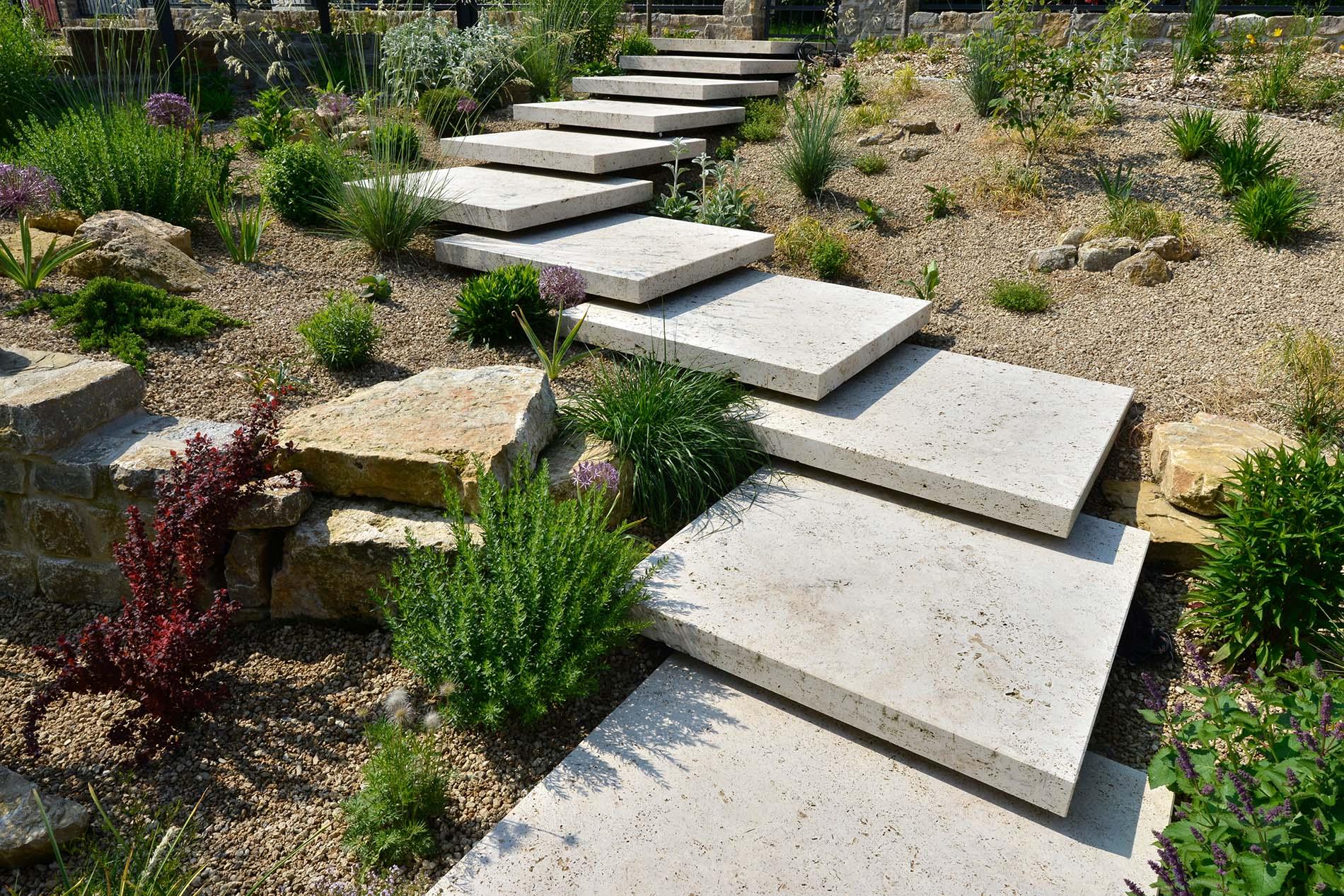 Bodenplatten aus Bauhaus Travertin und Findlinge aus Seeberger Sandstein