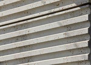 Schoenhouse Studios in Berlin mit kannelierten Fassadenplatten aus Bauhaus Travertin