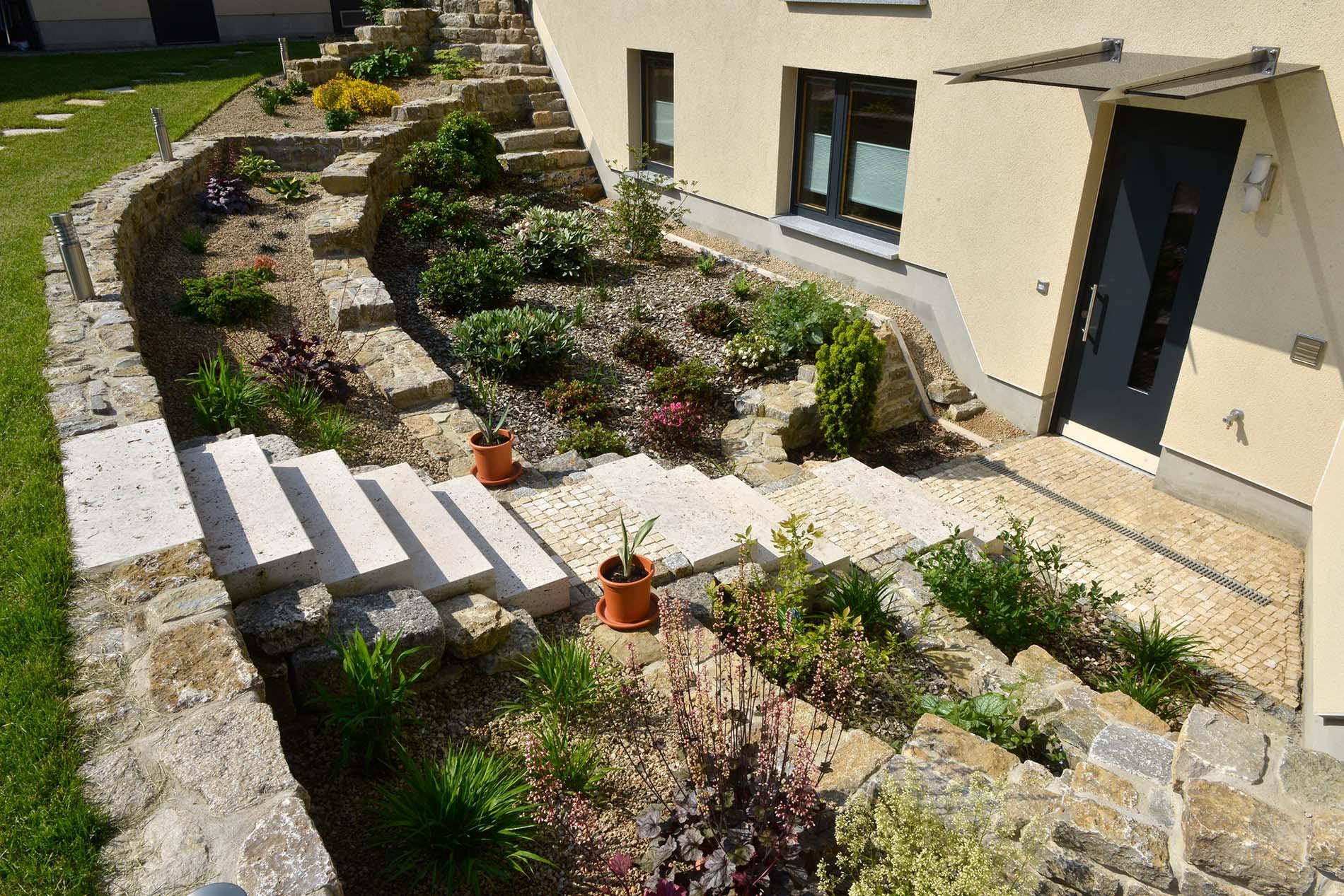 Muschelkalk Mauersteine sowie Blockstufen und Mosaikpflaster aus Bauhaus Travertin