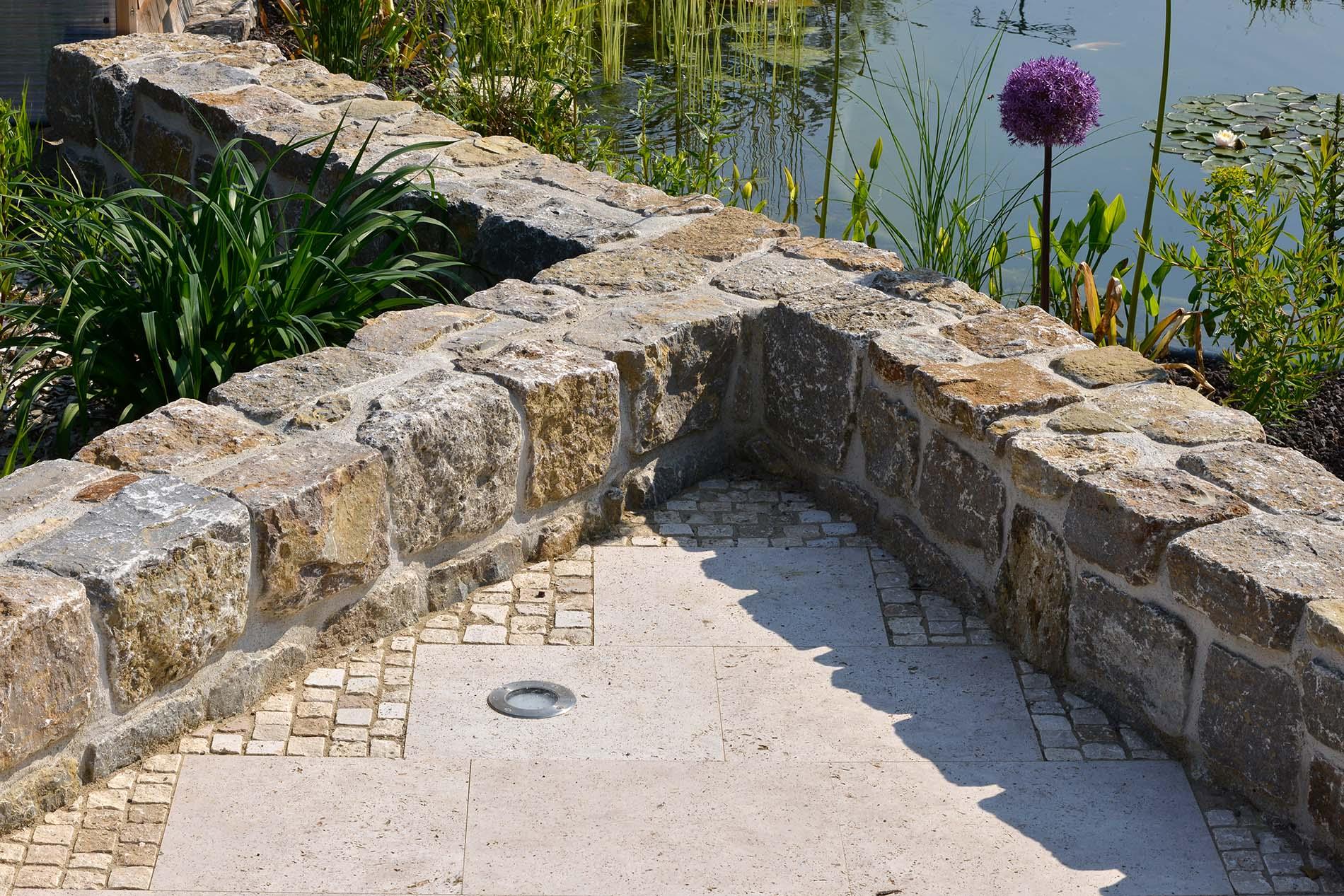 Muschelkalk Mauersteine sowie Bodenplatten und Mosaikpflaster aus Bauhaus Travertin