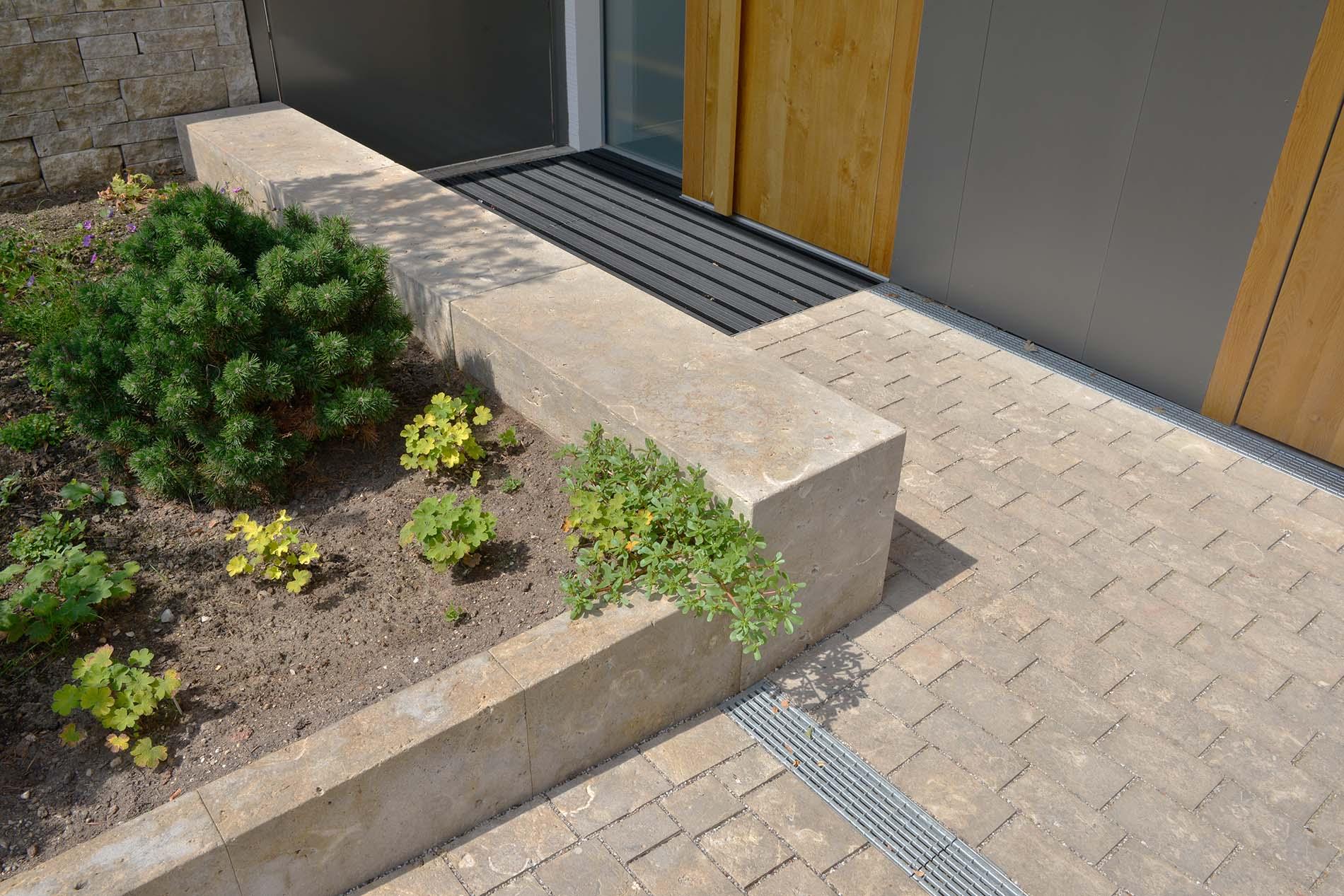 Naturstein Pflanzeinfassungen, Sitzblock und Pflaster aus Limes Dolomit®