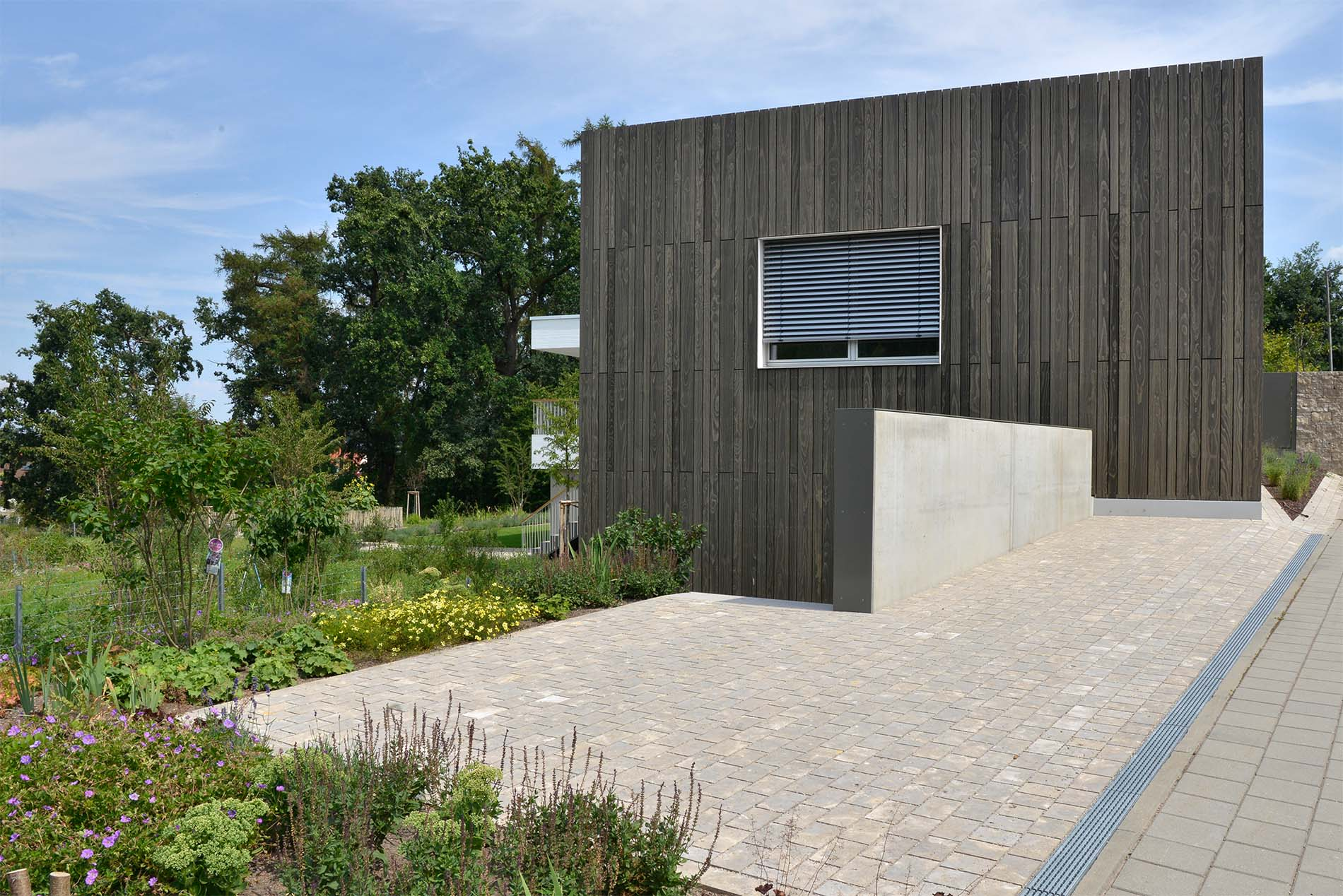 Parkplatz mit Natursteinpflaster aus Limes Dolomit®