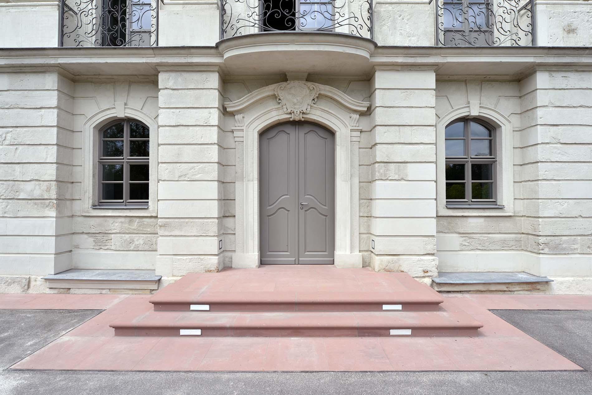 Schloss Tinz in Gera mit Naturstein Bodenbelägen und einer Treppenanlage aus rotem Uder Sandstein