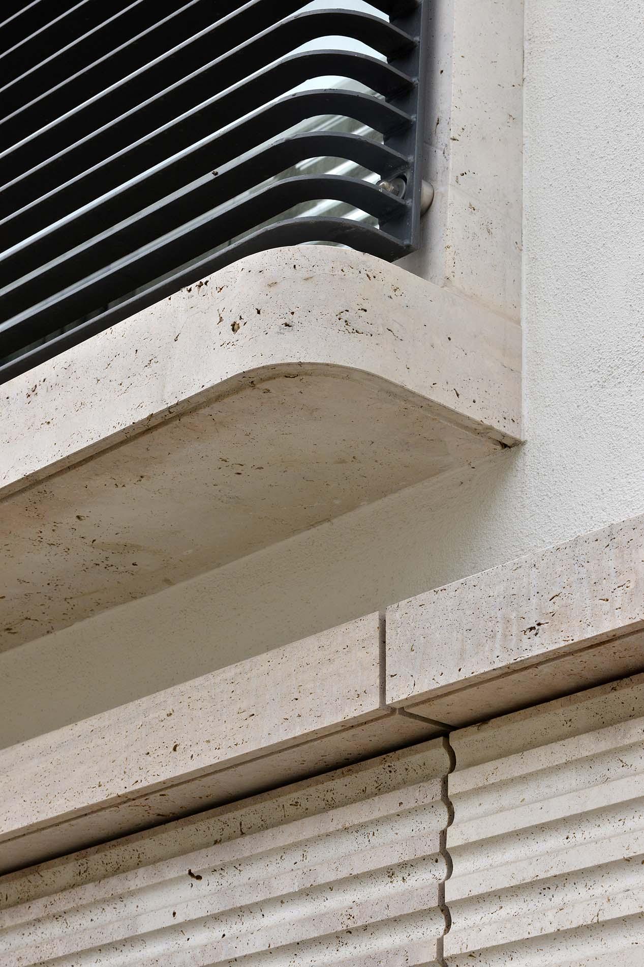 Schoenhouse Studios in Berlin mit kannelierten Fassadenplatten und einer Balkonverkleidung aus Bauhaus Travertin