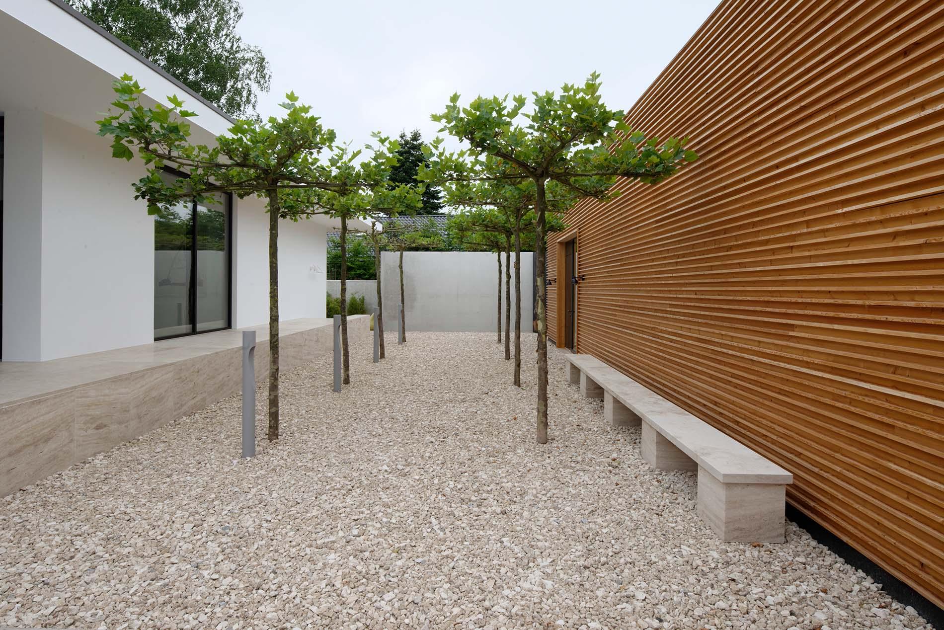 Sitzbank, Terrassenplatten und Wandverkleidung aus Bauhaus Travertin