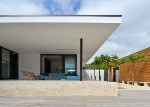 Terrassenplatten und Wandverkleidung aus Bauhaus Travertin