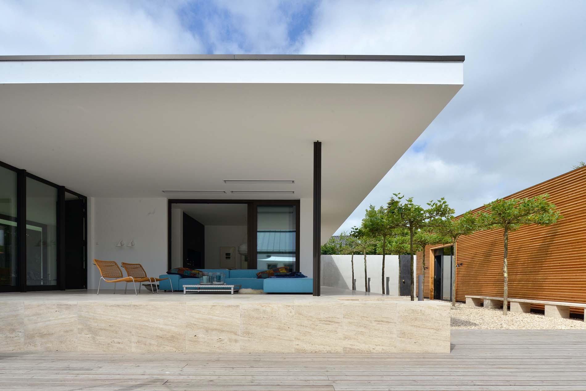 Terrassenplatten, Wandverkleidung und Sitzbank aus Bauhaus Travertin