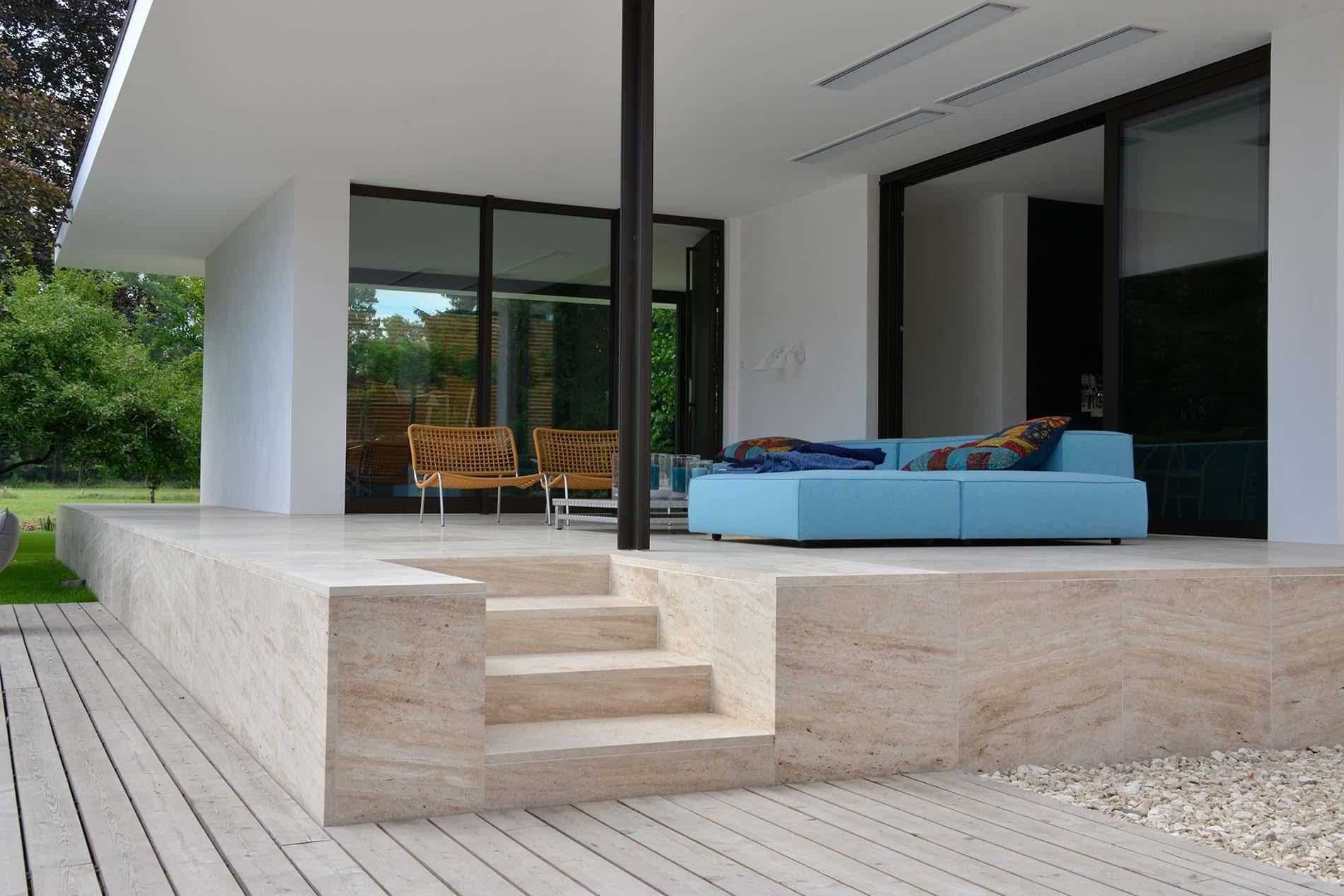 Terrassenplatten und Treppenbeläge aus Bauhaus Travertin