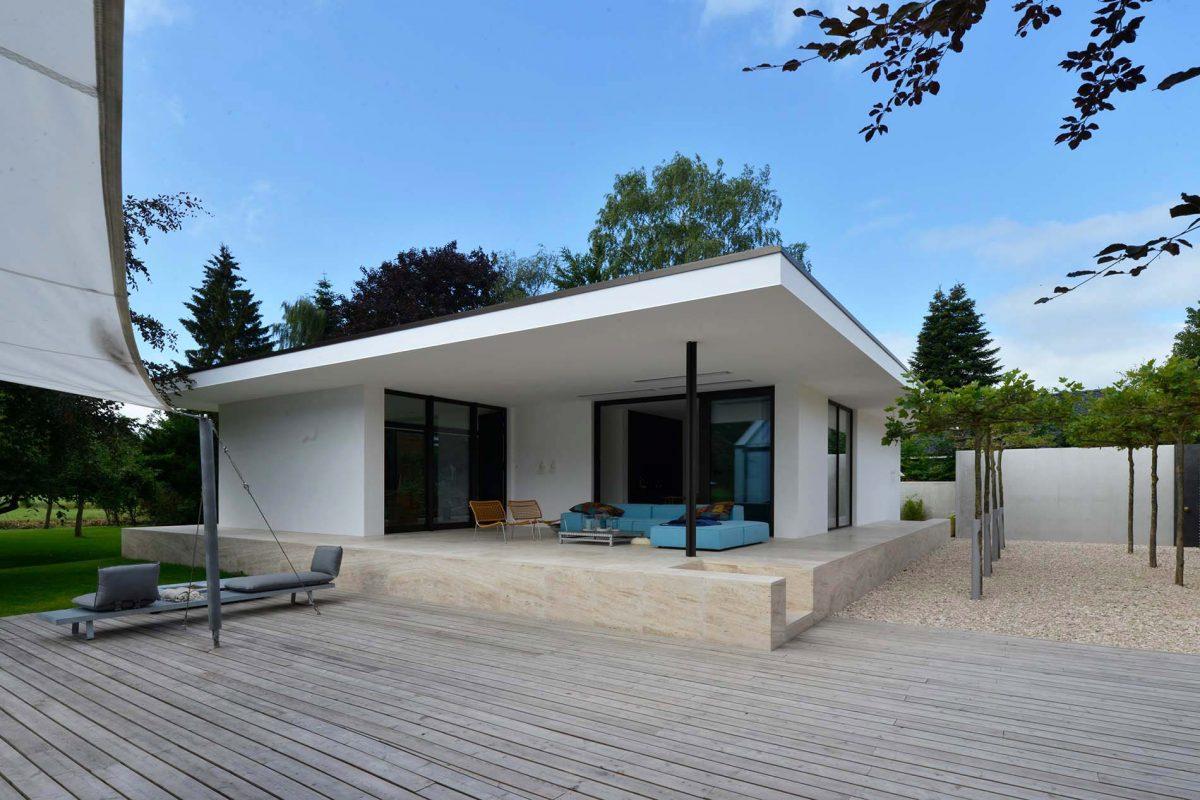 Villa Wilhelmshafen mit Treppenbelägen und Terrassenplatten aus Bauhaus Travertin