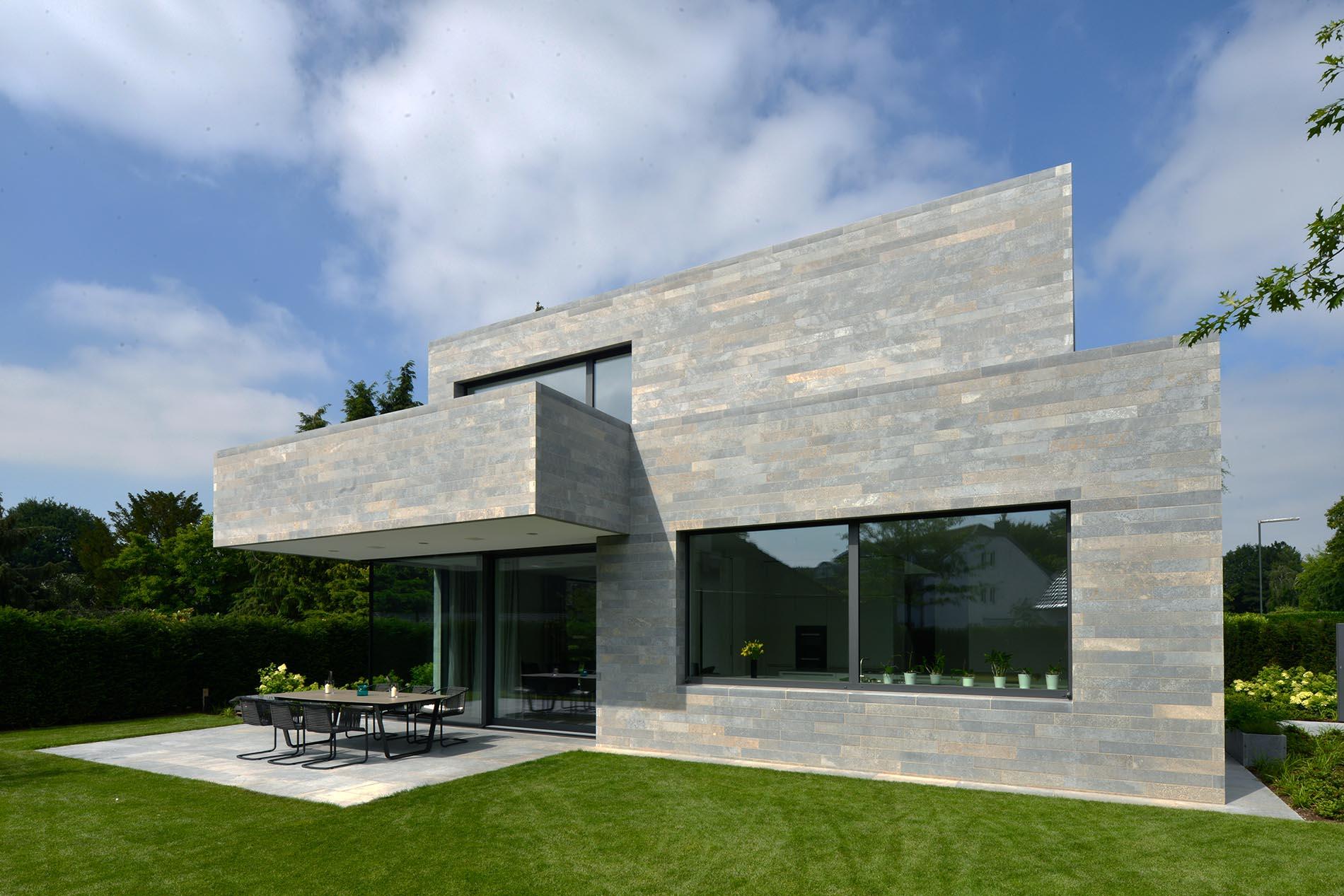 Natursteinfassade und Terrassenplatten aus Muschelkalk edelgrau